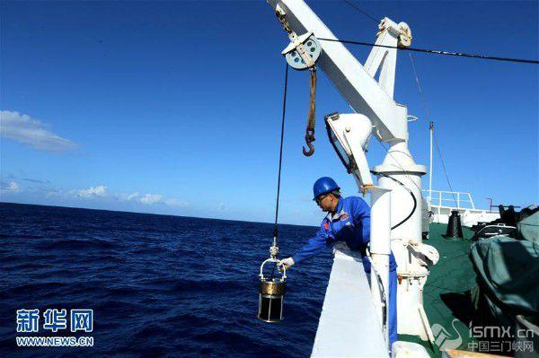"""""""蛟龙""""号马里亚纳海沟5天3潜获得大量一手资料和深渊样品"""
