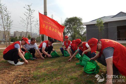 净化美化游园   建设生态文明