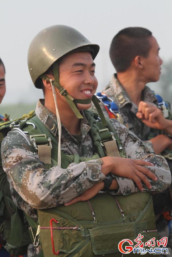 """【网络媒体国防行】人物特写:""""狙击兵王""""诞生记"""