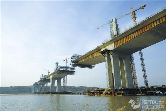 """建设中的运宝高速公路黄河大桥"""""""