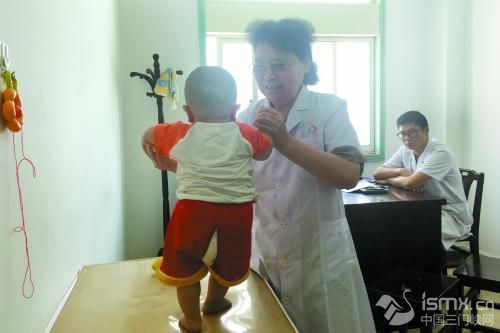 """郑州68岁女医生跟""""不治之症""""较劲救治数十万国内外患儿"""