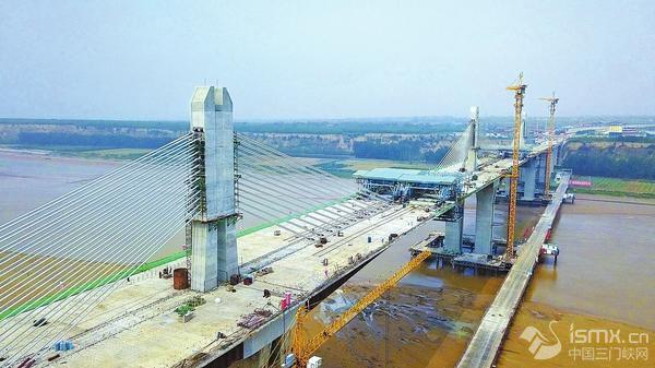 由中交二航局承建的运宝黄河大桥主桥胜利合龙