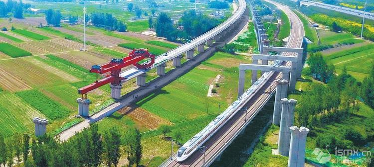 郑万铁路经开2号特大桥正在进行架梁施工