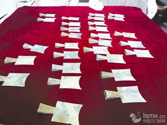 河南三门峡出土500多枚中国最早金属币之一空首布币