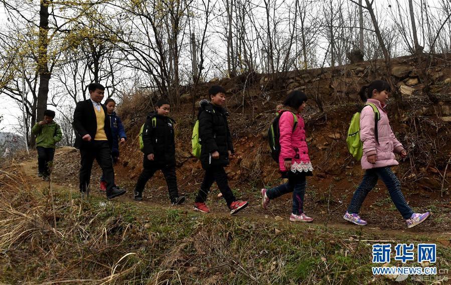 (时代先锋·图文互动)(7)伏牛山里好老师张玉滚:挑起孩子们走出大山的希望