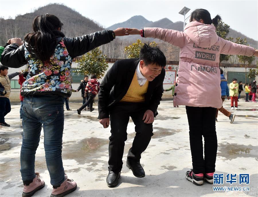 (时代先锋·图文互动)(4)伏牛山里好老师张玉滚:挑起孩子们走出大山的希望