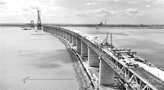 沪通长江大桥桥面沥青正式摊铺