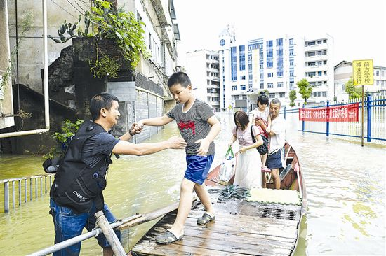 志愿者积极参与抗洪抢险