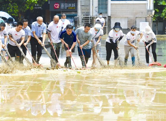 洪水消退清淤忙