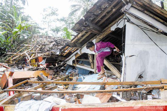 地震�^后