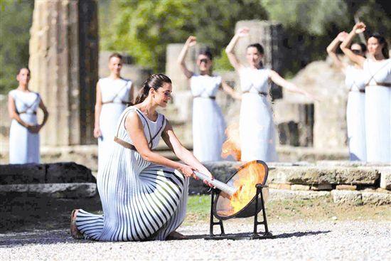 北京冬奥会火种在希腊古奥林匹亚成功点燃
